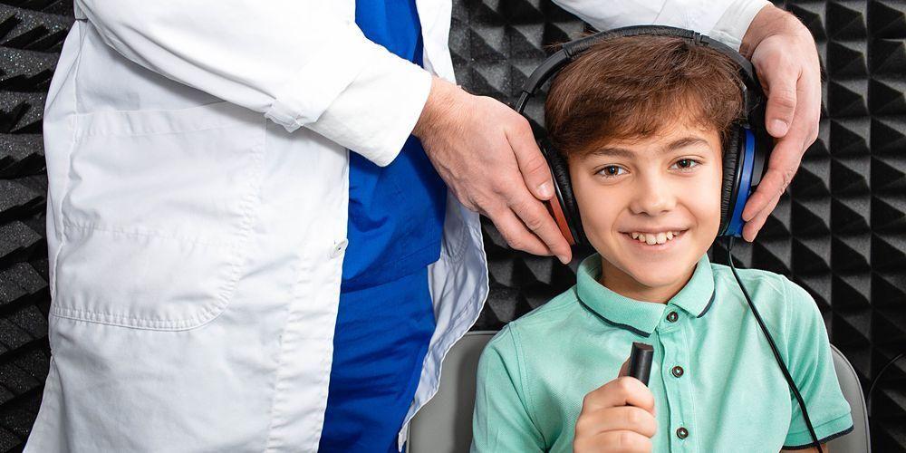 Pasien tes audiometri akan memakai headphone atau earphone