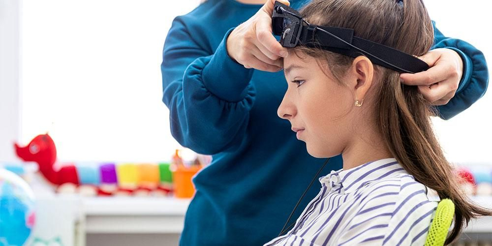 Sensor listrik dipasang di kepala pasien yang menjalani terapi biofeedback