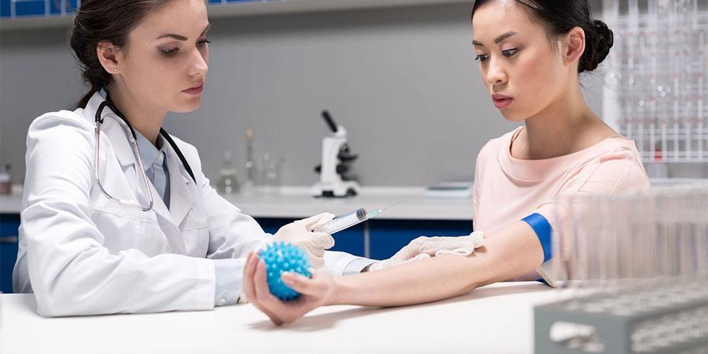 Tes hitung darah lengkap dilakukan dengan sampel darah pasien
