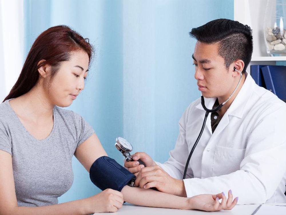 Amlodipine bekerja menurunkan tekanan darah tinggi sehingga mencegah risiko stroke, serangan jantung dan masalah ginjal