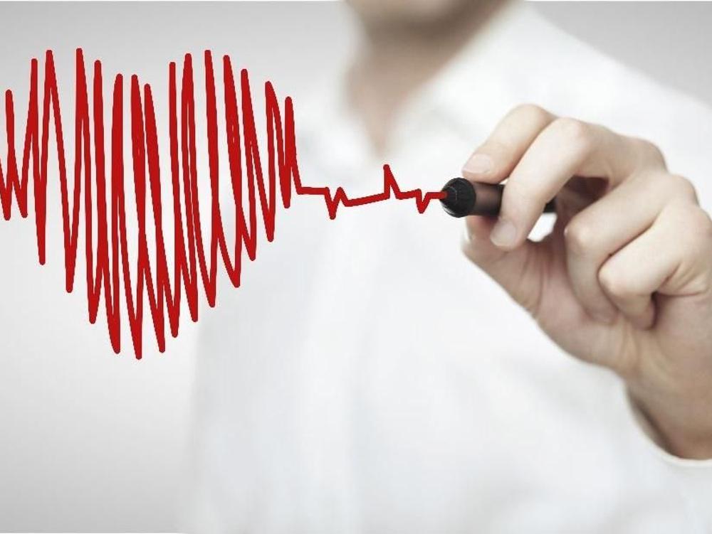 Amiodarone bekerja dengan memblokir sinyal listrik tertentu di jantung yang dapat menyebabkan detak jantung yang tidak teratur