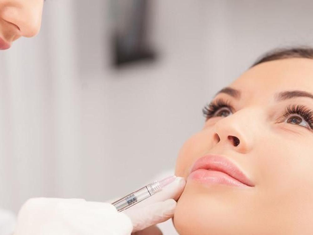 Toksin Botulinum zat yang memilik efek terapeutik yang digunakan untuk mengurangi kerutan pada bagian wajah dalam bidang kecantikan