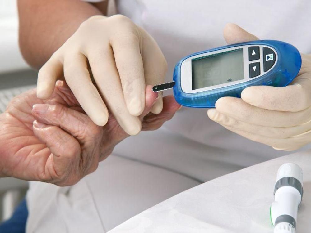 Dextrose digunakan pada penderita diabetes mellitus untuk mengatasi kadar gula darah rendah