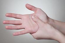 Tekanan berlebihan pada saraf merupakan penyebab kesemutan di tangan ataupun di kaki