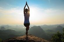 Gerakan yoga untuk pemula yang bisa dicoba salah satunya mountain pose dan tree pose yoga