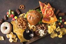 Makanan yang mengandung lemak jahat ada beragam seperti ayam goreng tepung, burger, donat, dan sosis