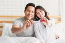pasangan mengecek kehamilan secara alami dengan cek suhu basal tubuh dan test pack