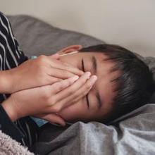 Cara mengatasi batuk pada anak saat tidur adalah dengan menyalakan humidifier