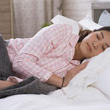 Posisi tidur miring bisa membuat tidur Anda lebih  nyenyak