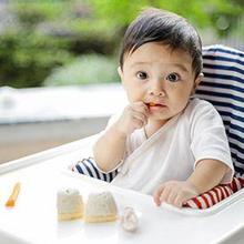 Bayi makan finger snack untuk melatih motorik halus di usia dini