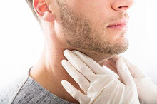 Benjolan kecil di leher dapat diakibatkan oleh berbagai penyakit dan kondisi medis