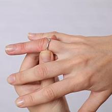 Cincin tersangkut di jari