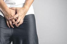 Penis lecet dapat disebabkan oleh pelumas yang terdapat pada kondom