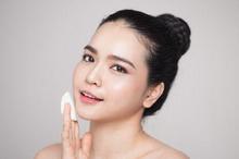 Bersihkan wajah secara teratur dapat membantu mengatasi pori-pori besar pada wajah