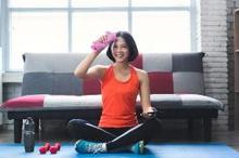 wanita berolahraga di rumah sebagai cara meningkatkan kebugaran jasmani