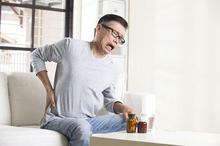 Selain pijat, mengonsumsi obat sakit pinggang juga dapat mengurangi rasa nyeri