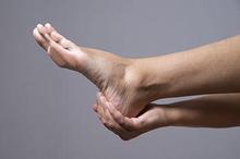 Tapak kaki sakit tanda penyakit tertentu atau cara berjalan yang salah