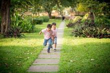 Cara mengatasi anak hiperaktif yaitu dengan membiarkannya menghabiskan tenaganya