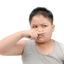 Ada banyak cara menghilangkan bau ketiak pada anak, salah satunya rajin mencuci bajunya.