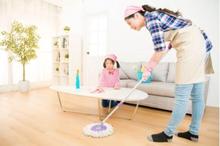 Konsistensi dan bersikap tegas adalah contoh dari kunci mengenalkan kewajiban anak di rumah.