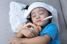 Penyebab demam pada anak umumnya adalah saat tubuh mereka terinfeksi virus atau bakteri