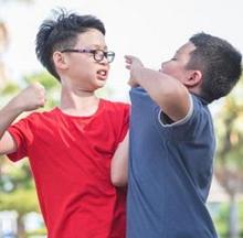 Kebiasaan anak suka memukul harus segera diatasi agar tidak terbawa hingga dirinya dewasa.