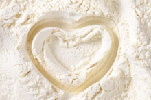 Salah satu manfaat tepung maizena untuk kesehatan adalah mengatasi rambut berminyak.