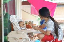 Ibu sedang memberikan MPASI 5 bulan pada bayi berupa puree