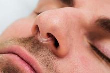 Alat anti ngorok yang ditempel di area hidung diyakini sebagai salah satu cara menghilangkan mendengkur.