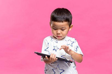 pengaruh gadget pada perkembangan anak dan bahaya anak kecanduan gadget