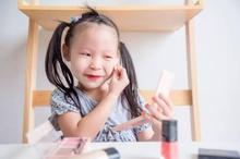 Sebelum membiarkan anak berdandan, cari tahu mengenai kandungan bahan dalam make up anak yang aman untuk kulitnya