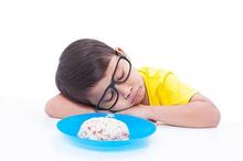Penderita anoreksia biasanya mengurangi porsi makan karena sangat takut gemuk