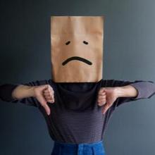 Self deprecation adalah pernyataan merendahkan diri sendiri yang dibalut dengan lelucon dan candaan