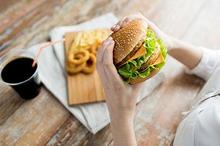 Makanan cepat saji umumnya tinggi lemak dan sodium, namun miskin nutrisi.
