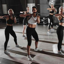 Body combat adalah jenis latihan kardio yang melibatkan berbagai teknik bela diri