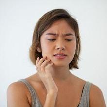 Benjolan di gusi tapi tidak terasa sakit bisa disebabkan oleh mukosel, granuloma, fibroma, dan torus