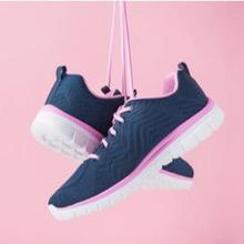Sepatu olahraga wanita antara lain tersedia untuk aktivitas lari
