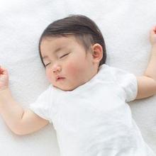 Salah satu manfaat bayi tidur tidak pakai bantal adalah mencegah sindrom kepala datar