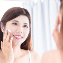 Cara reapply sunscreen perlu dilakukan tiap 2 jam sekali