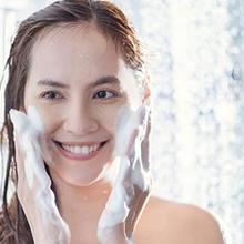Sebaiknya mencuci muka dengan sabun wajah