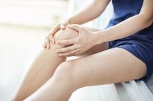 Kedutan lutut kanan dapat disebabkan oleh beberapa kondisi