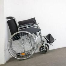 Cara melipat kursi roda tidak sulit dilakukan