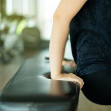 Cara membentuk otot lengan bisa dilakukan dengan bench dips