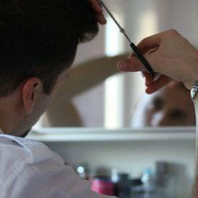 Cara memotong rambut sendiri dapat dilakukan di rumah