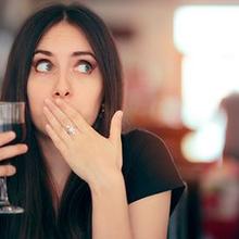 Cara mengatasi cegukan bisa dengan mengonsumsi minuman bersoda untuk memicu sendawa