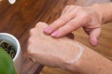 Pelembap yang berbahan dasar minyak lebih efektif untuk menjaga kelembaban kulit lansia