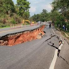 Cara menghadapi gempa bumi di rumah, gedung, dan mobil berbeda-beda