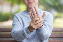 Carpal tunnel syndrome dapat terjadi ketika saraf di telapak tangan mengalami tekanan