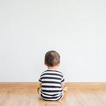 Ciri bayi autis bisa dilihat dari perilaku Si Kecil yang tidak tertarik bermain bersama teman sebayanya.