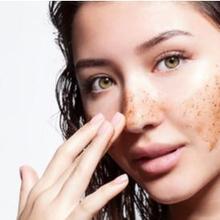 Pengelupasan kulit atau eksfoliasi wajah bisa dilakukan menggunakan scrub